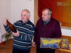 STAROSTA BĚLÉ LIBOR PICKA (vpravo) převzal od Helmuta Roitha nejen historickou plechovou ceduli s nápisem Weissensulzer Bier (Bělské pivo), ale i starou pivní lahev signovanou litým nápisem.
