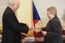 Pamětní medaili a čestné uznání Evě Zunové předal hejtman Václav Šlajs.