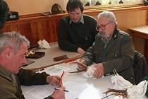 HODNOCENÍ SRNČÍ TROFEJE. Václav Procházka (zprava), Jiří Olejník a Václav Duffek při bodování trofejí před výstavou.