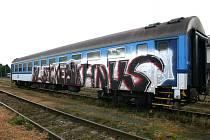 Posprejovaný vagon na domažlickém nádraží.
