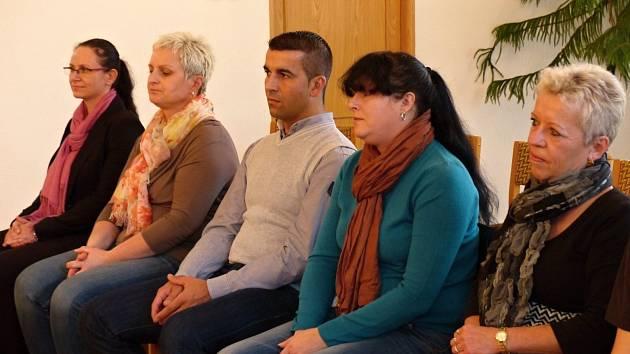 Z OCEŇOVÁNÍ DÁRCŮ KRVE V BĚLÉ. Osobně se do obřadní síně dostavili dárci (zprava)  Anna Malinská (80 odběrů), Marcela Katonová (20), Jindřich Kotrc (40) a Lenka Černá (20) a zástupkyně ZP MV Jana Vlková.