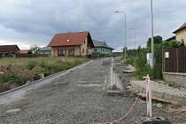 Chodníků, kanalizace a úpravy silnice se v Chrastavicích letos dočkala tato nová část vsi ležící po levé straně silnice od Domažlic.