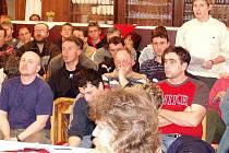 Na zasedání zastupitelů přišlo velké množství obyvatel.