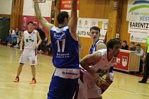 Basketbalistům Jiskry Domažlice (modré dresy) se na klatovské palubovce proti domácím dlouhodobě daří.