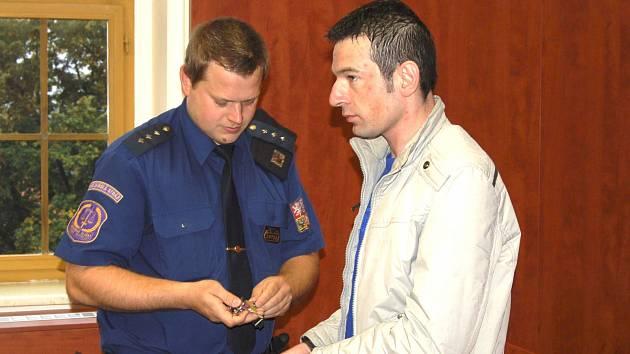 JIŘÍHO KADEČKU dopravila před soud eskorta vězeňské služby.