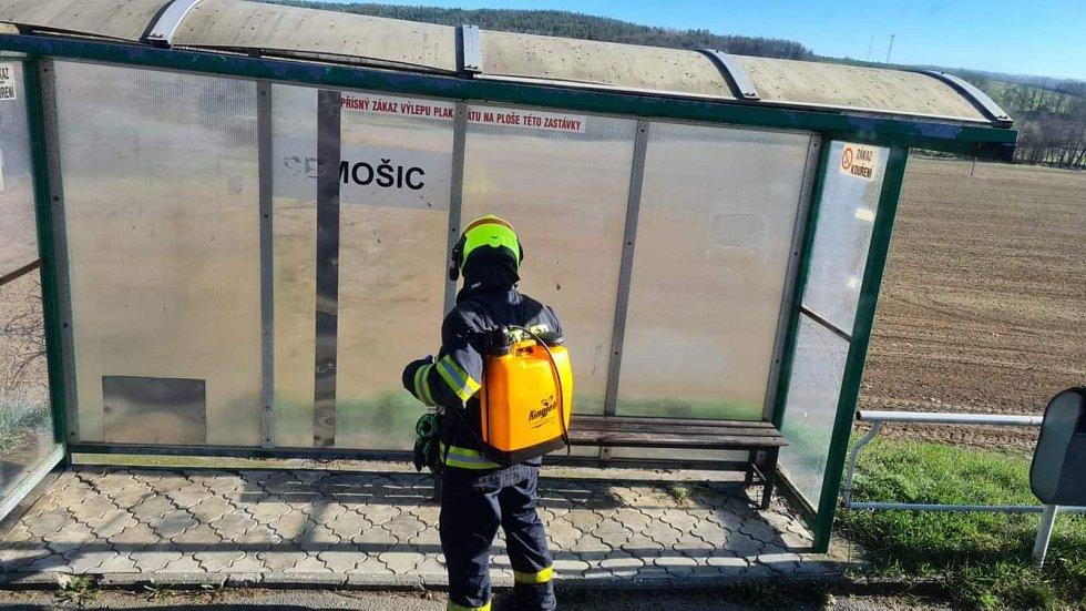 Dobrovolní hasiči opět dezinfikovali veřejné prostory.