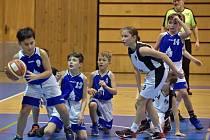 MLADÍ BASKETBALISTÉ domažlické Jiskry U11 (na snímku v modrém) si v posledních zápasech roku věděli rady.