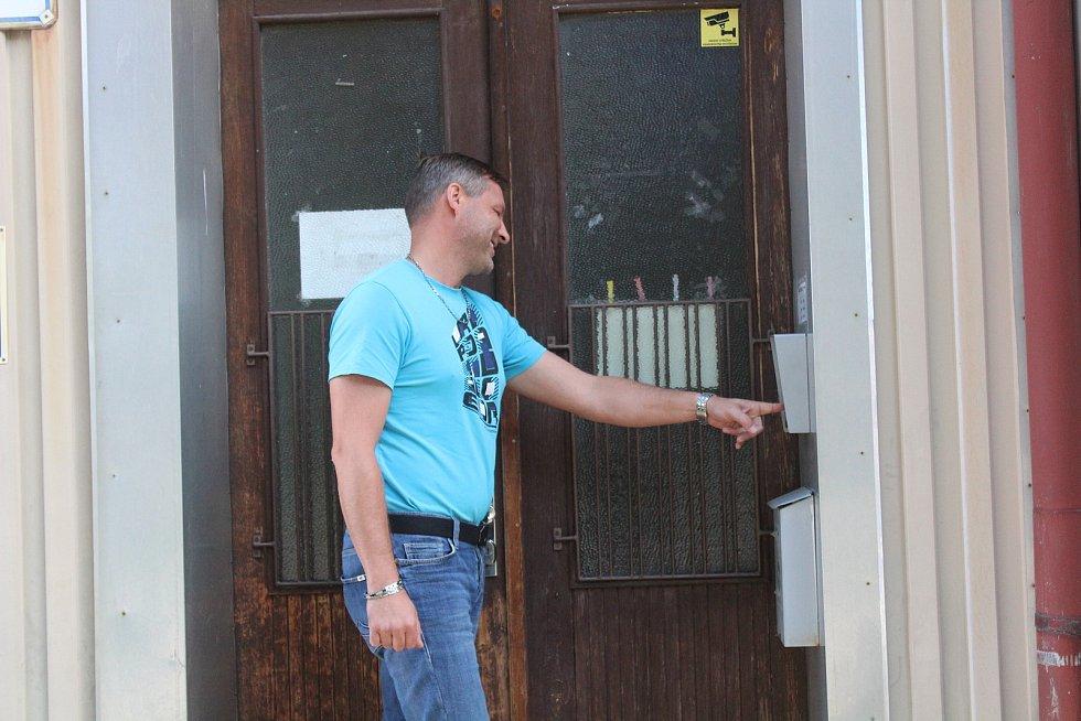 Starosta Kdyně Oskar Hamrus se pokouší dozvonit na ředitele školy v Prapořištích.