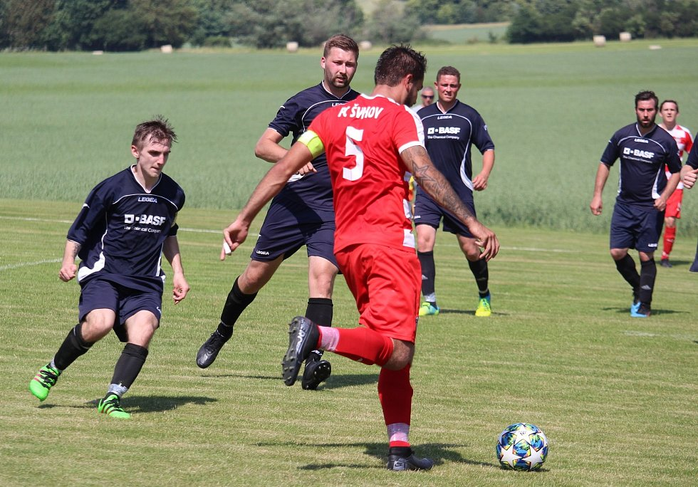 Slavoj Koloveč A (v modrém) - FC Švihov (v červeném) 5:1.