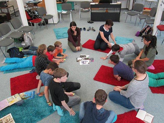 SPISOVATELKA Máša Bořkovcová (vlevo nahoře) si s dětmi povídá o svých komiksech.