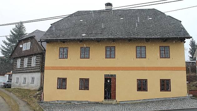 Obecní dům č. p. 127 potřebuje opravu. Uvnitř vznikne kavárna, přesídlí sem knihovna.
