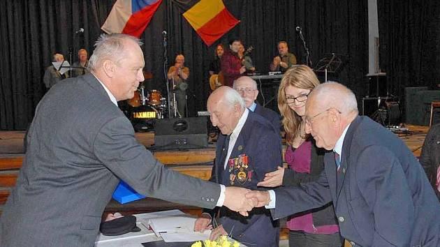 Váleční veterni z Belgie získali čestné občanství města Holýšov.