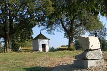 KRAJINA 1431. Kamenné dílo Vojtěcha Míči je od čtvrtka umístěno na Baldovském návrší.