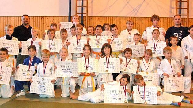 MEDAILOVÉ FOTO. Turnaj, který domažličtí judisté pořádali, domácí takřka ovládli a ze 34 účastníků si 28 vybojovalo diplomy s medailemi. Zbylých šest domažlických ´rváčů´ obsadilo méně populární , ´bramborové´ příčky