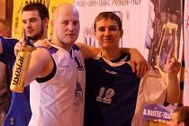 Basketbalista Erik Eisman (vlevo).