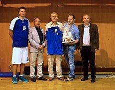 Zástupci basketbalistů Jiskry Domažlice se rozloučili s Josefem Čapkem, který se rozhodl odejít do funkcionářského důchodu.