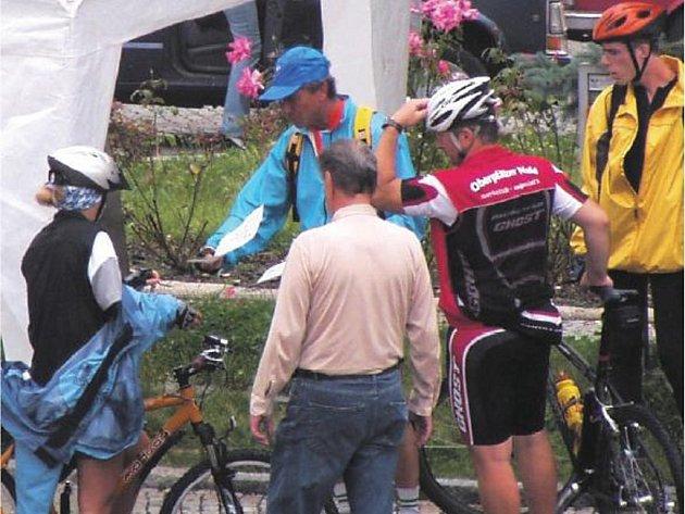 CYKLOTURISTIKA MÁ VELKOU BUDOUCNOST. Řada turistů přijíždí do měst právě na kolech. Obce  na Domažlicku se bez dobré sítě cyklostezek v budoucnu neobejdou.