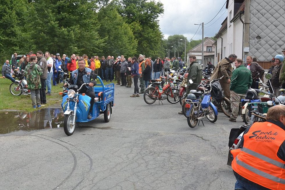Desítky motocyklů se sjely na třetí Mopedscuk do Rybníku