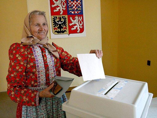 Marie Cibulková volila v Luženicích v tradičním chodském kroji.