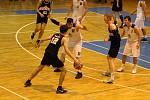 Basketbalisté Jiskry Domažlice A (v bílých dresech) smetli v nedělním utkání II. ligy českobudějovické Tygry.