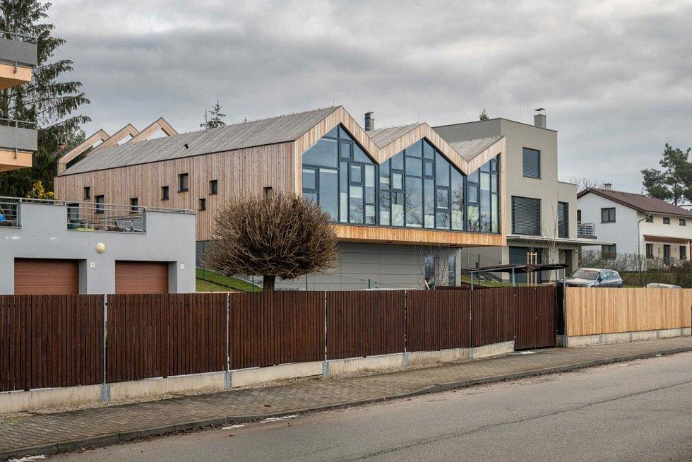 Atriový dům ve svahu v Plzni.