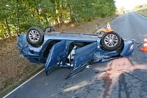 Na střeše skončilo auto poté, co s ním řidička vyjela mimo silnici a narazila do dopravní značky.