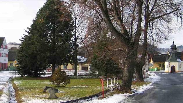 Smírčí kříž je zpátky v Tlumačově. Od roku 2005 je v parčíku na návsi. Foto: archiv M. Kabourka