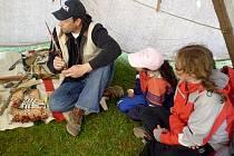 V indiánském týpí se poběžovičtí školáci seznámili například se lžící ze zvířecího rohu, indiánskou náprsenkou či s luky a šípy.