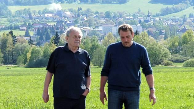 Karel Šíp dnes natáčel na Chodsku. Na snímku se starostou Klenčí pod Čerchovem Karlem Smutným.