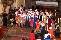 STANDING OVATION. Návštěvníci kostela odměnili na závěr účinkující potleskem ve stoje.