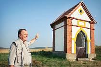 Starosta obce Josef Hálek u kapličky, kterou si Semněvičtí sami opravili a chtějí si ji i vyzdobit.