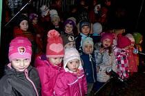 Koledování na návsi v Tlumačově. Jako první přišly se svým příspěvkem děti, které navštěvují tlumačovskou mateřskou školu.