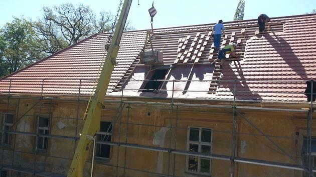 Kanický zámek má novou střechu.