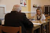 Alena Bothová, studentka domažlické obchodní akademie, při skládání zkoušky.