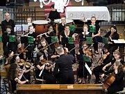 Orchestr z Anglie si přišlo poslechnout spousta zájemců.