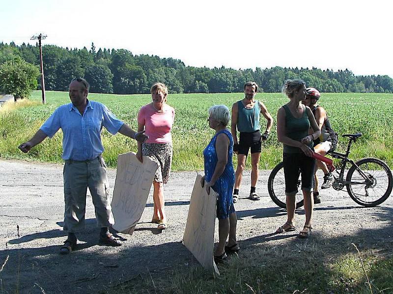 Ženy v Maxově, přes který jezdila tři týdny nepřetržitě auta vyvážející materiál z kubického nádraží, udělaly 2. 7. 2008 na půl druhé hodiny blokádu silnice.