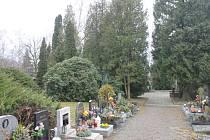 Současný stav kolem obřadní síně na kdyňském hřbitově.