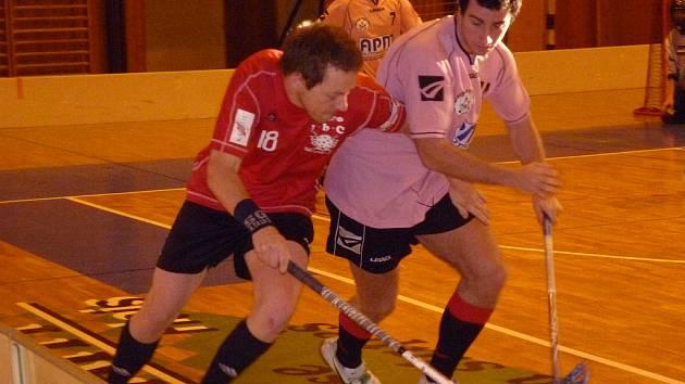 TAHOUN FbC DOMAŽLICE. Na fotce je v červeném dresu Ondřej Baroch, kapitán FbC Domažlice.
