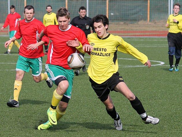 Dobrý fotbal nabídl turnajový zápas týnského Dynama s rezervou Jiskry Domažlice. Na snímku souboj stopera Dynama Martina Šinála a domažlického Hoška, který hrál podle soupisky s patnáctkou.