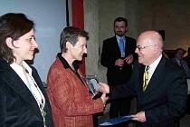 Emilie Nosková přijímá ocenění z rukou vedoucího Centra Bavaria Bohemia Hanse Eibauera.