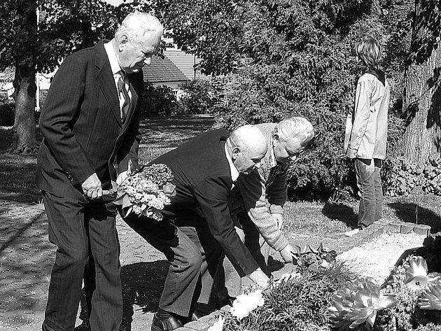 PAMĚTNÍCI OSVOBOZENÍ pokládají kytice v Holýšově – zleva Jiří Fišer, Karel Runkas a Zdeněk Valachovič.