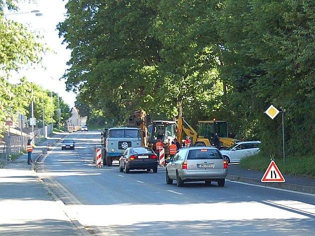 V domažlické ulici Prokopa Velikého se dnes pracovalo. Důvodem byl překop silnice kvůli výstavbě kanalizace.