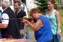 STŘÍLELA POPRVÉ V ŽIVOTĚ. Janě Votýpkové (80 let) radila při střelbě vnučka.