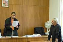 ROZSUDEK BYL VYNESEN. Domažlický soud včera potrestal pětapadesátiletého řidiče autobusu Zdeňka Čejku, který nepozorností při řízení způsobil nehodu, při které bylo lehce zraněno třináct cestujících. Za svůj čin dostal podmíněný trest.