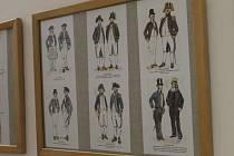 Z výstavy kreseb vojenských uniforem.