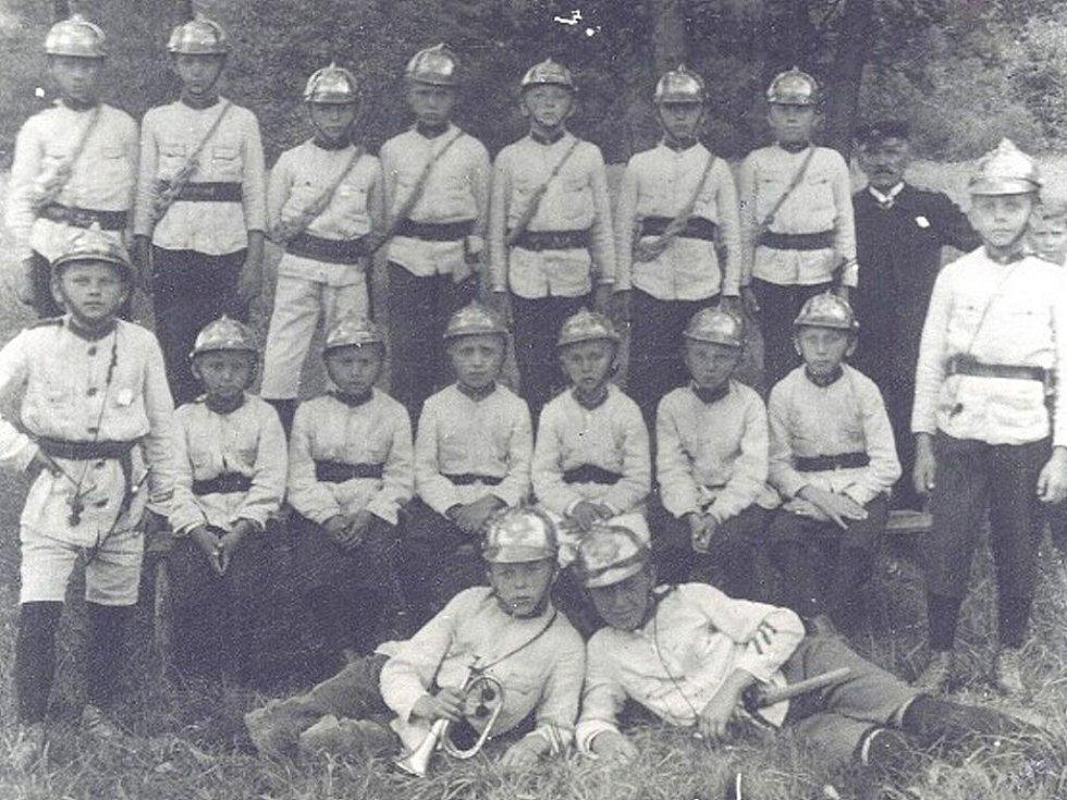 Mladí hasiči na snímku z roku 1925. Fotografie byla získána od paní Edeltraud Maschek z Regensburgu. Její otec byl kronikářem hasičů mezi válkami.
