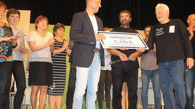 Kolofantí předali finanční dar FN v Plzni.