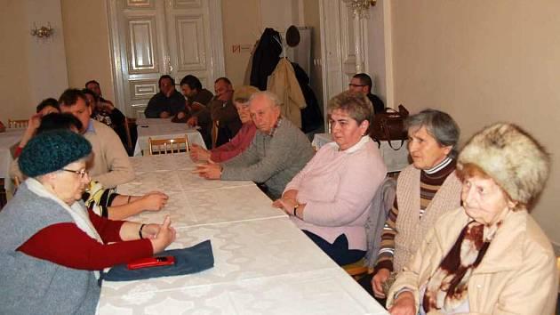 Vysoká cena bytů, za které je chce město Domažlice prodat současným nájemníkům, byla důvodem schůzky, která se dnes odpoledne uskutečnila na domažlické radnici.