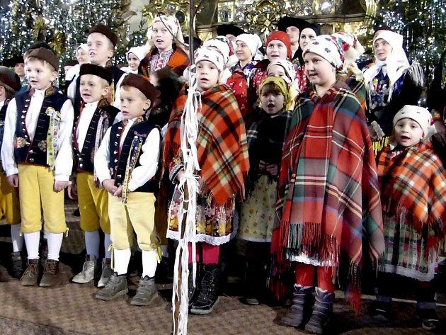 DĚTI Z MRÁČKU vystupovaly spolu s dospělými Mrákovskými na Chodském vánočním koncertě 2015.