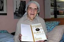 OLGA HEJNÁ. Deníku ukázala ocenění, jehož se jí za celoživotní dílo pro děti dostalo.
